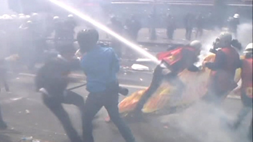 Raw video: Police target groups participating in May Day demonstrations