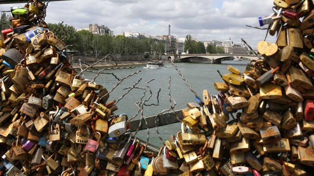 'Love locks' removed from Pont des Arts in Paris