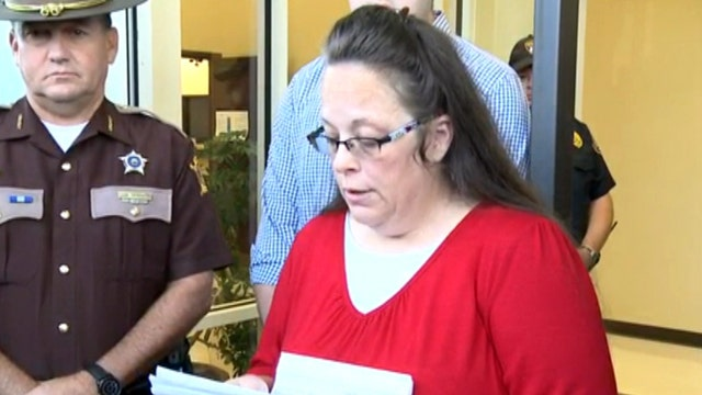 Kim Davis refuses to put name on marriage licenses