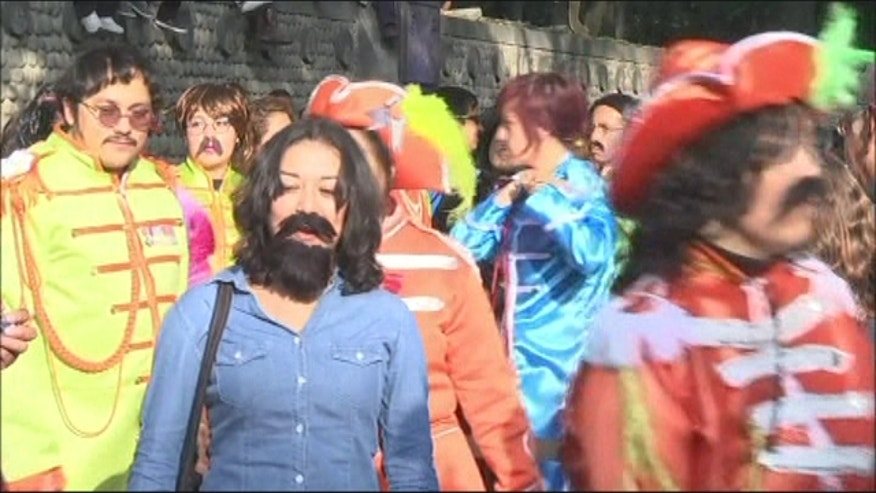 Hundreds of Beatles fans gathered in Mexico City to set a new Guinness Record for most people dressed to resemble the members of the English rock band.