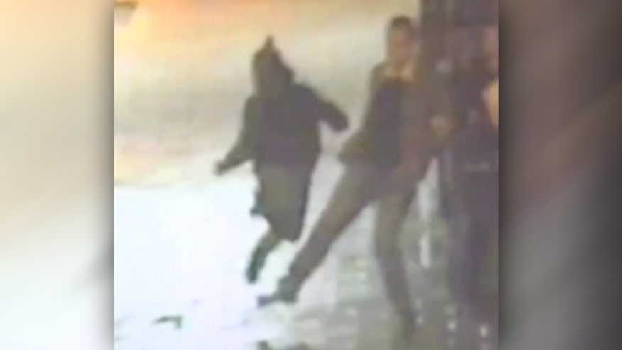 Raw video: Kingston police in Britain want to find civilian who helped officers in foot chase
