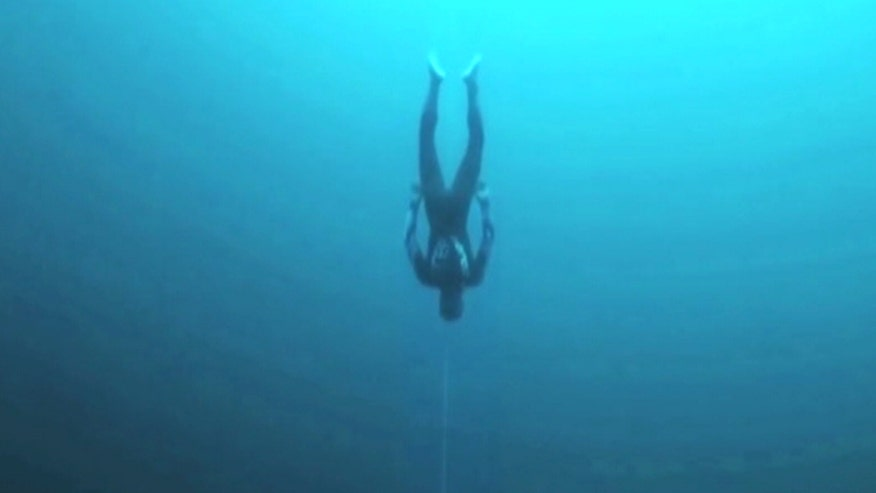 Raw video: New Zealand man sets record for deepest dive without use of propulsion equipment at competition in Bahamas