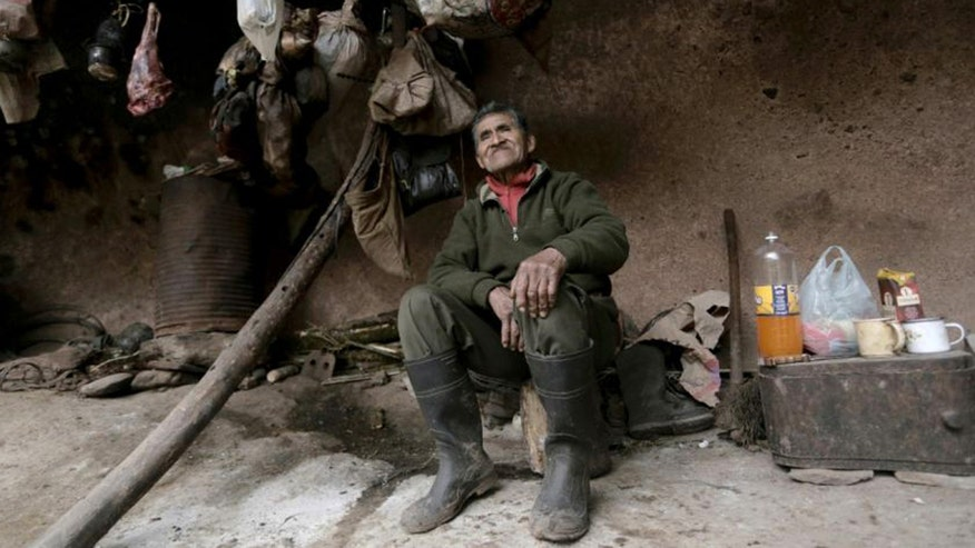 Raw video: 79-year-old Argentinian man lives without running water, electricity high up in mountain cave