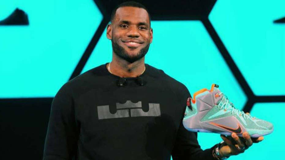best service 39ff0 a213f LeBron James signs lifetime contract with Nike