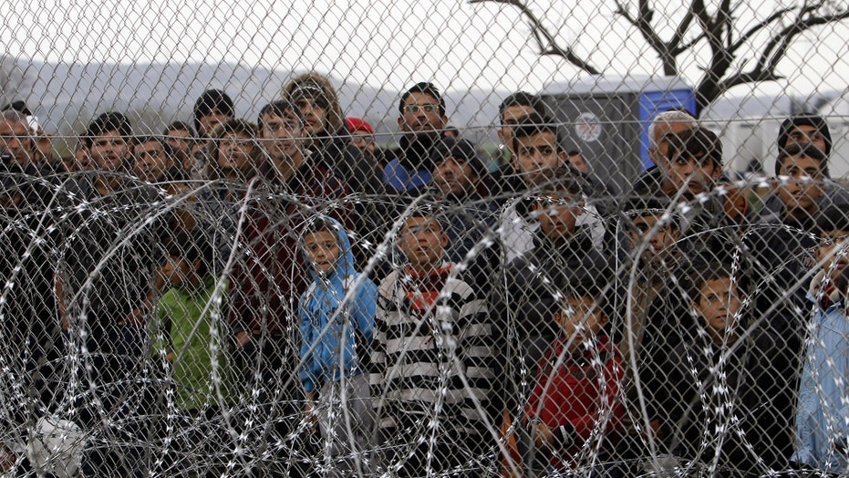 Thousands of migrants stranded along Greece-Macedonia border