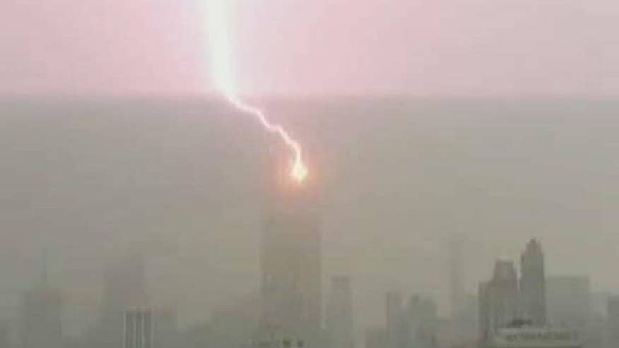 Lightning bolt hits iconic New York skyscraper