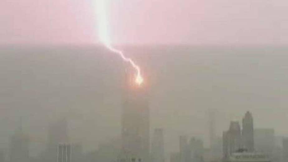 Lightning bolt hits iconic New York skyscraper