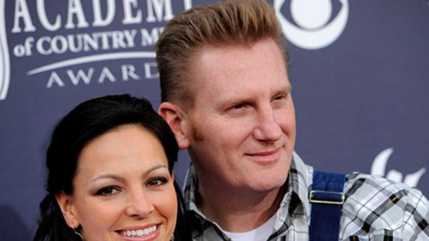 Rory Feek brings late wife Joey's parents to CMAs