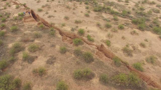 Drone examines huge Earth fissure discovered in Arizona
