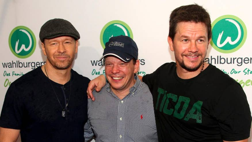 Mark Wahlberg and brother, Paul open up Wahlburgers chain on Vegas Strip