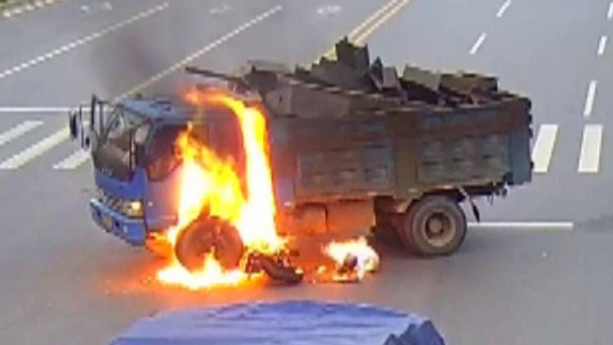 Raw video: Truck driver rescues motorcyclist after scary crash in Jiangxi Province in China