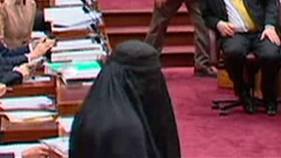 Australian lawmaker wears burqa to parliament
