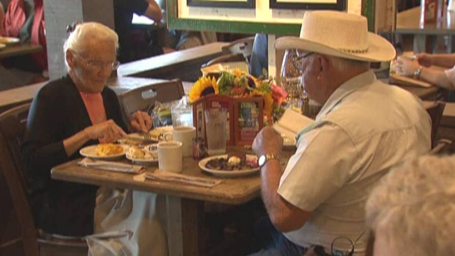 Raw video: Indiana couple receive hero's welcome as they visit 645th restaurant in Tualatin, Oregon