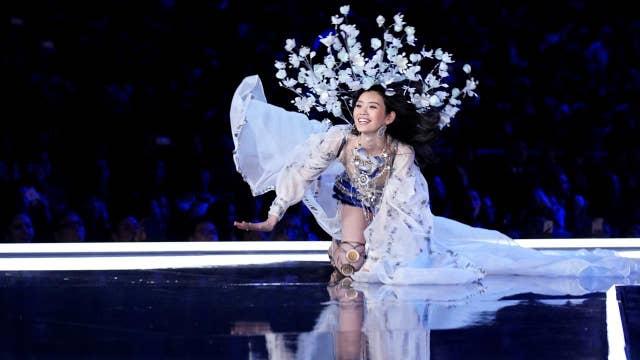 Fallen Angel Steals Victoria S Secret Fashion Show