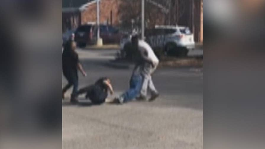 Raw video: Good Samaritans come to officer's aid in apprehending aggressive suspect who reportedly pulled knife on convenience store worker in Columbia, South Carolina.