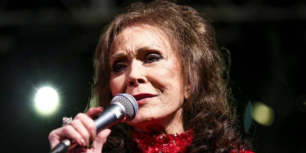 Loretta Lynn denies deathbed rumors