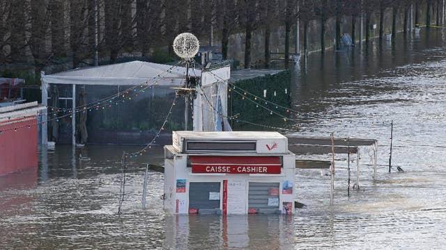 Flooding threatens Paris museums