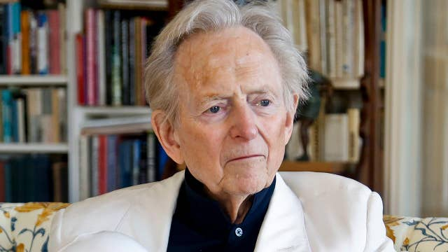 Best-selling author Tom Wolfe dies
