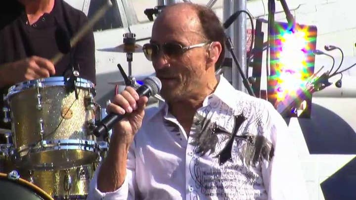 Lee Greenwood performs 'God Bless the U.S.A.'