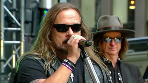 Lynyrd Skynyrd performs 'Sweet Home Alabama'