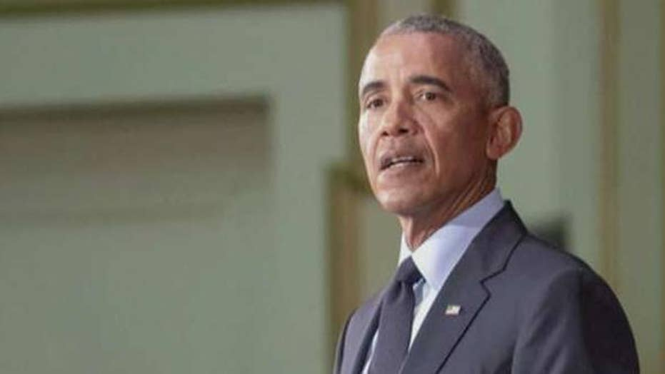 Obama hits midterm campaign trail with fiery speech