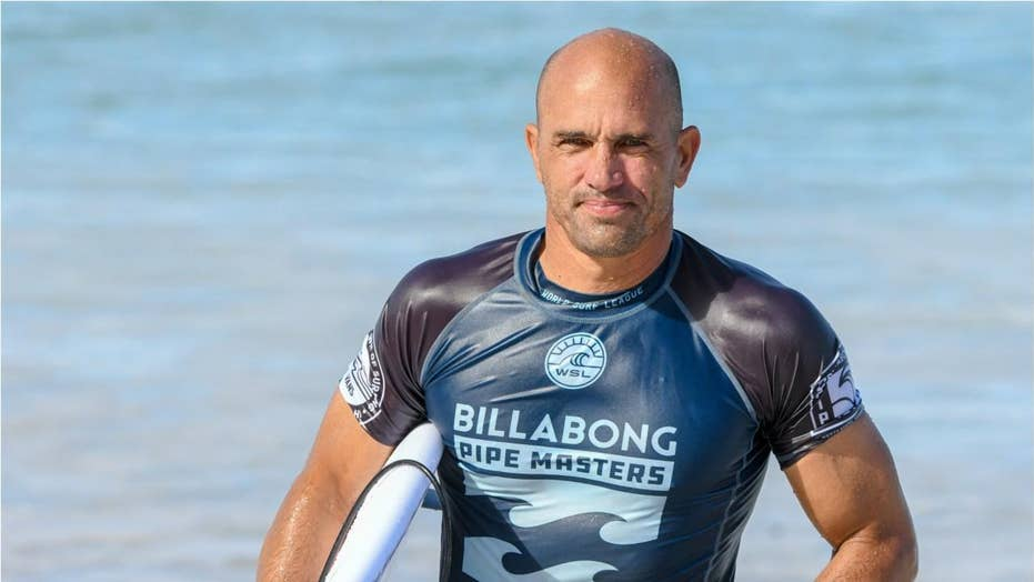 Kelly Slater pulls off 'Houdini Tube Ride' after falling off board, getting back on mid wave