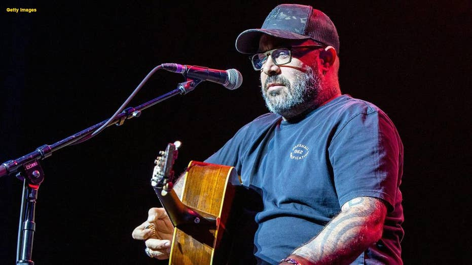 Singer Aaron Lewis tells his audience he doesn't know Spanish because he's an American