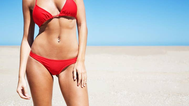 Chubby beachgoer photo bombs bikini babe's video shoot
