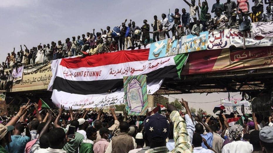 رهبران اعتراضی سودان از مردم خواستند تا در خلال کودتای نظامی در خیابان باقی بمانند