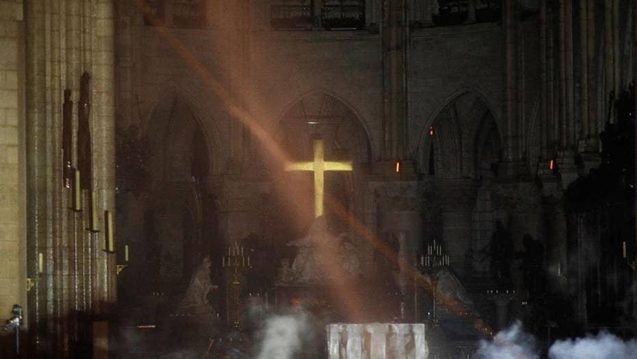 ستاره قطبی طلایی نورث در نقاشی درخشان در میان خاکستر به تصویر کشید از داخل نمایش کلیسای جامع نابود آتش