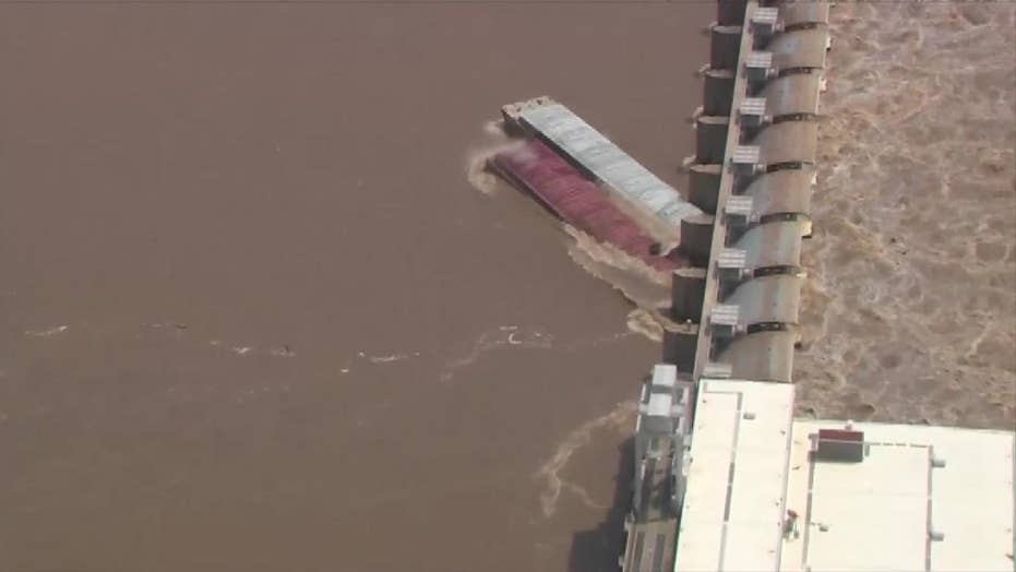 Raw video: Two unmoored barges strike a dam near Webbers Falls, Oklahoma