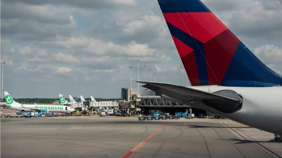 Delta engine appears to fall apart midflight before emergency landing