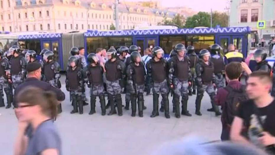 Kremlin cracks down on protests as police reportedly raid homes of demonstrators