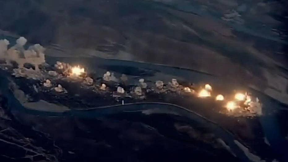 این ویدئو نشان می دهد هواپیماهای آمریکایی در حال حمله هوایی در جزیره ای هستند که توسط داعش در عراق برگزار می شود
