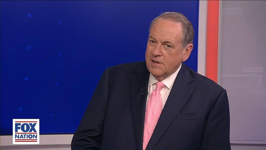 Mike Huckabee jokes about sharing spotlight with daughter Sarah: 'I don't mind sharing some of the public scorn'