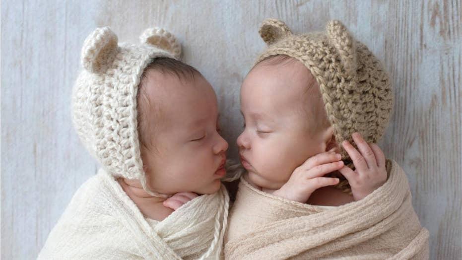 U.K. mom captures twin boys hugging before naptime