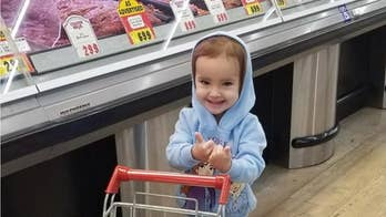 Kind stranger at grocery store gives dollar to 2-year-old girl, heartwarming video shows