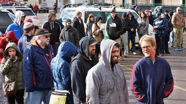Hundreds line up to buy legal marijuana in Colorado