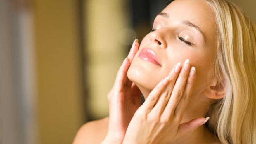 Dry winter weather can cause serious havoc to our skin. To prevent dry skin, use these simple everyday tricks and homemade treatments to keep your skin smooth and glowing all year round