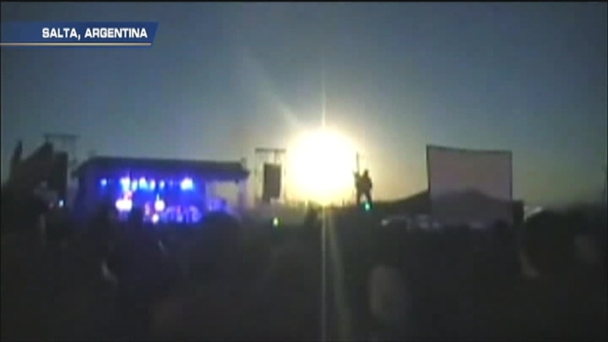 Amateur video showing Argentine folk music band Los Tekis performing on stage in Salta, shot pulls out to show suspected meteor falling and illuminating sky.