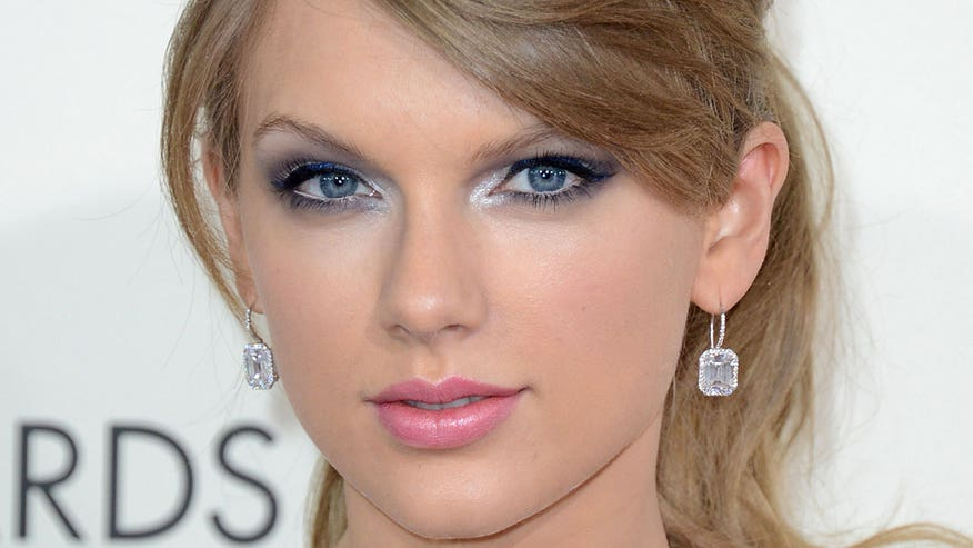 Makeup Artist Lauren Cosenza shows us how to rock a gorgeous blue eye makeup like Taylor Swift.