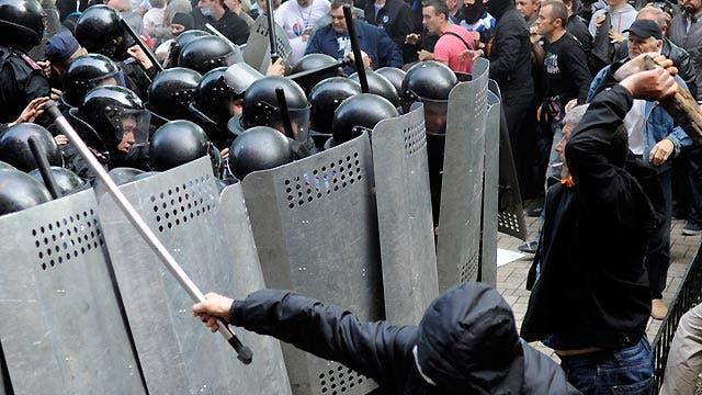 Senators press Obama to crank up Russia punishment, warn of Ukraine 'civil war'