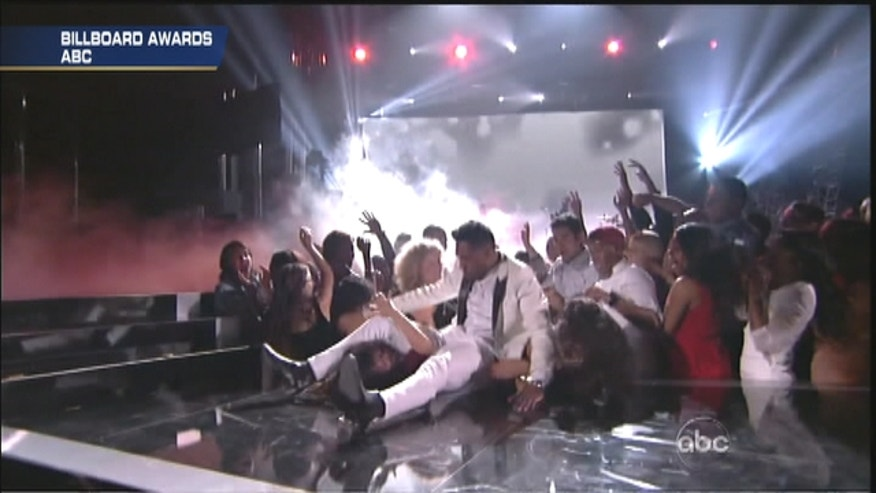 Miguel lands on fan at Billboard Music Awards.