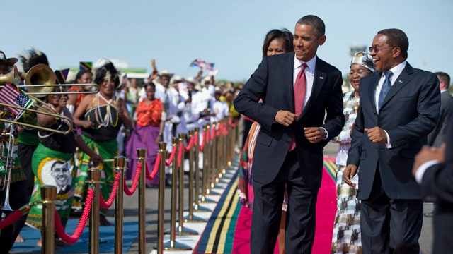 Obama dances during arrival ceremony in Dar es Salaam
