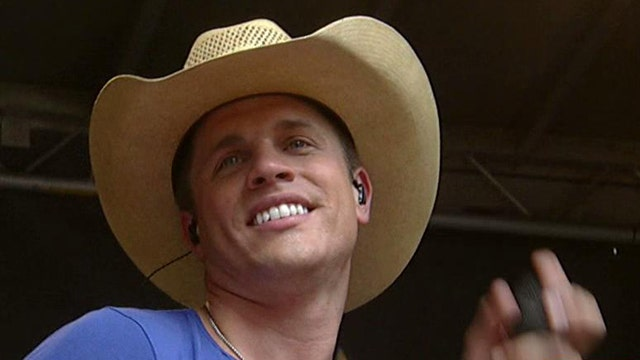 Dustin Lynch performs 'Wild in Your Smile'