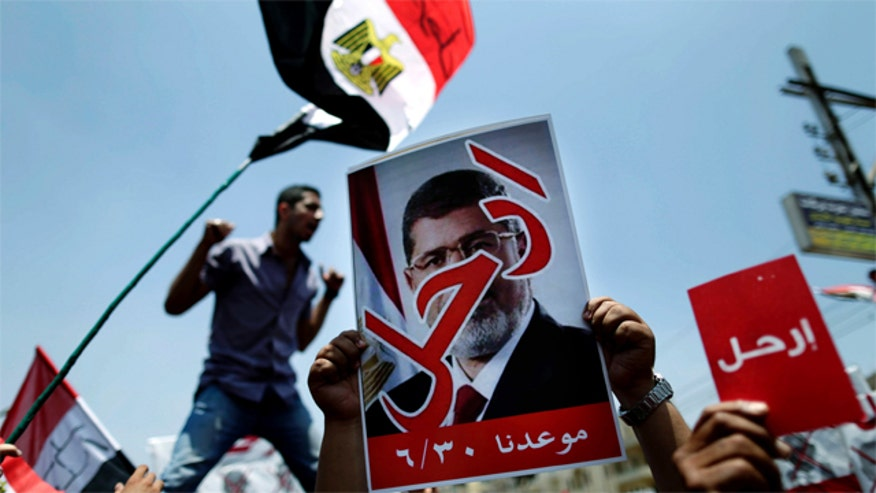 Morsi, army supporters violently clash