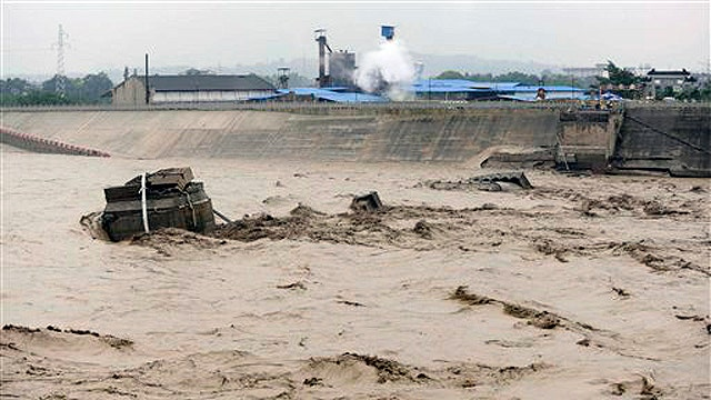 Workers rescued after bridge collapses in China