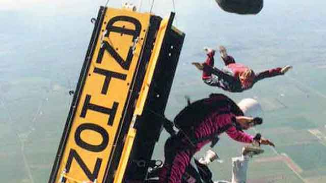 Skydiver escapes locked coffin, parachutes to safety