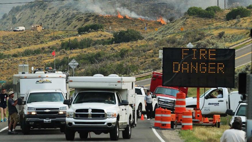 Hundreds evacuated as houses burn in Utah