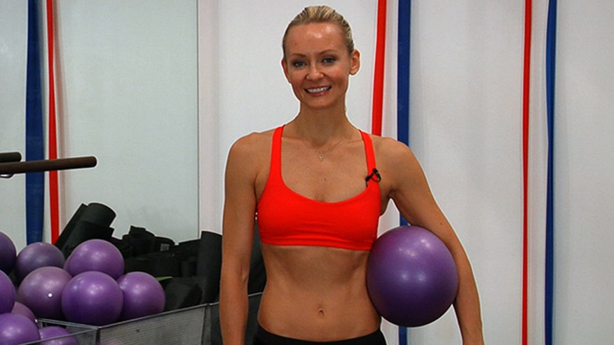 Celebrity fitness guru, Simone De La Rue shows us how to break a sweat in 5 minutes.